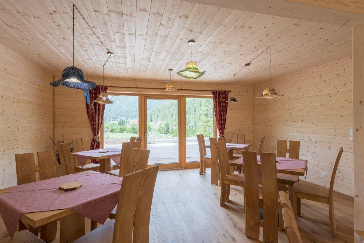sala colazione con ampia vetrata