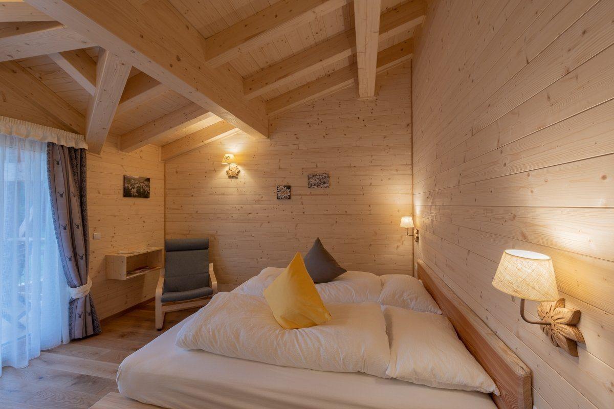 ampia camera in legno